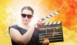 Κορίτσι ύφους Pinup στα γυαλιά ήλιων με clapper το χαρτόνι Στοκ φωτογραφία με δικαίωμα ελεύθερης χρήσης
