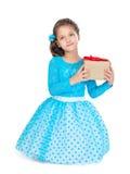 κορίτσι δώρων που κρατά λί&gamma Στοκ Φωτογραφία