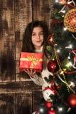κορίτσι δώρων Χριστουγέννων κιβωτίων Στοκ φωτογραφία με δικαίωμα ελεύθερης χρήσης