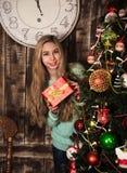 κορίτσι δώρων Χριστουγέννων κιβωτίων Στοκ Εικόνες