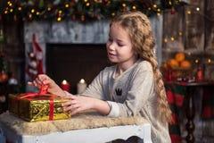κορίτσι δώρων Χριστουγέννων κιβωτίων Στοκ φωτογραφίες με δικαίωμα ελεύθερης χρήσης