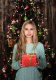 κορίτσι δώρων Χριστουγέννων κιβωτίων Στοκ εικόνα με δικαίωμα ελεύθερης χρήσης