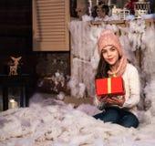 κορίτσι δώρων Χριστουγέννων κιβωτίων Στοκ Φωτογραφίες