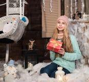κορίτσι δώρων Χριστουγέννων κιβωτίων Στοκ Φωτογραφία