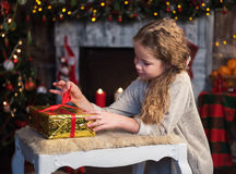 κορίτσι δώρων Χριστουγέννων κιβωτίων Στοκ εικόνες με δικαίωμα ελεύθερης χρήσης