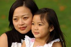 κορίτσι 2 το χαρούμενο mom τη&sig Στοκ Εικόνα