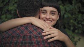 Κορίτσι adores ο φίλος της απόθεμα βίντεο