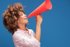 Κορίτσι Afro που κραυγάζει από megaphone Στοκ Εικόνα