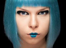 Κορίτσι Anime με την μπλε τρίχα στο μαύρο υπόβαθρο Στοκ εικόνες με δικαίωμα ελεύθερης χρήσης