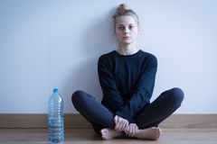 Κορίτσι Anorexic που πίνει μόνο το νερό Στοκ Φωτογραφία