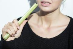 Κορίτσι Anorexic που τρώει ένα πράσο Στοκ φωτογραφία με δικαίωμα ελεύθερης χρήσης