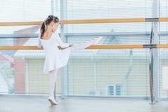 κορίτσι ballerina λίγα Λατρευτό κλασσικό μπαλέτο χορού παιδιών σε ένα άσπρο στούντιο Στοκ Εικόνες