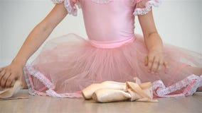 Κορίτσι Ballerina σε ρόδινο Tutu φιλμ μικρού μήκους