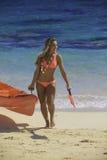 Κορίτσι bikini με το καγιάκ της Στοκ φωτογραφίες με δικαίωμα ελεύθερης χρήσης