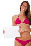 Κορίτσι bikini στο κενό άσπρο σημάδι εκμετάλλευσης Στοκ Φωτογραφίες