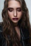 Κορίτσι brunette βράχου με το μαύρο σακάκι δέρματος Στοκ φωτογραφία με δικαίωμα ελεύθερης χρήσης