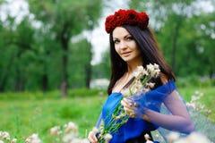 Κορίτσι Brunette με ένα στεφάνι στο κεφάλι του Στοκ εικόνες με δικαίωμα ελεύθερης χρήσης