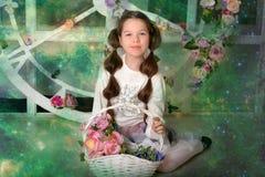 Κορίτσι Brunette με ένα ψάθινο καλάθι με τα λουλούδια στοκ εικόνες με δικαίωμα ελεύθερης χρήσης