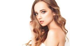 Κορίτσι Brunette με μακρύ και λαμπρό μακρυμάλλη Όμορφη πρότυπη γυναίκα με το σγουρό hairstyle και το μοντέρνο makeup στοκ εικόνες με δικαίωμα ελεύθερης χρήσης