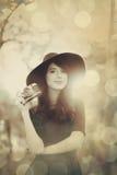 Κορίτσι Brunette με τη κάμερα στο πάρκο Στοκ εικόνα με δικαίωμα ελεύθερης χρήσης