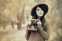 Κορίτσι Brunette με τη κάμερα στο πάρκο Στοκ Εικόνα