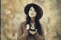 Κορίτσι Brunette με τη κάμερα στο πάρκο Στοκ φωτογραφία με δικαίωμα ελεύθερης χρήσης