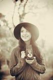 Κορίτσι Brunette με τη κάμερα στο πάρκο Στοκ Φωτογραφίες