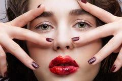 Κορίτσι Brunette με το ασυνήθιστο alyapy κόκκινο θηλυκό πρόσωπο makeup στοκ εικόνες