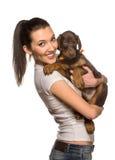 Κορίτσι Brunette με το κουτάβι της που απομονώνεται στο άσπρο υπόβαθρο στοκ εικόνα
