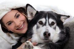 Κορίτσι Brunette με το σκυλί στοκ εικόνες