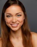 Κορίτσι Brunette με το όμορφο χαμόγελο Στοκ Εικόνα