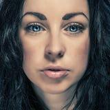 Κορίτσι brunette πορτρέτου ομορφιάς με τα μπλε μάτια Στοκ φωτογραφία με δικαίωμα ελεύθερης χρήσης