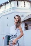 Κορίτσι Brunette που στέκεται τους τοίχους κάστρων Στοκ Εικόνες