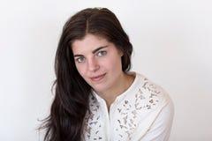 Κορίτσι Brunette που φορά το εκλεκτής ποιότητας άσπρο κεντημένο πουλόβερ στοκ φωτογραφία με δικαίωμα ελεύθερης χρήσης