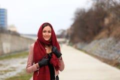 Κορίτσι Brunette που φορά το σακάκι δέρματος με ένα κόκκινο μαντίλι στοκ εικόνες με δικαίωμα ελεύθερης χρήσης