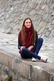 Κορίτσι Brunette που φορά το σακάκι δέρματος, το τζιν παντελόνι και τα ρόδινα πάνινα παπούτσια Στοκ φωτογραφία με δικαίωμα ελεύθερης χρήσης