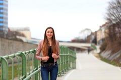 Κορίτσι Brunette που φορά το σακάκι και το τζιν παντελόνι δέρματος Στοκ Εικόνες