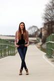 Κορίτσι Brunette που φορά το σακάκι, το τζιν παντελόνι και τις μπότες δέρματος στοκ εικόνες