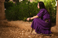 Κορίτσι Brunette σε ένα μεσαιωνικό κοστούμι σε ένα Agia Napa μεσαιωνικό Monaste Στοκ φωτογραφία με δικαίωμα ελεύθερης χρήσης