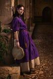 Κορίτσι Brunette σε ένα μεσαιωνικό κοστούμι σε ένα Agia Napa μεσαιωνικό Monaste Στοκ φωτογραφίες με δικαίωμα ελεύθερης χρήσης