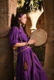 Κορίτσι Brunette σε ένα μεσαιωνικό κοστούμι σε ένα Agia Napa μεσαιωνικό Monaste Στοκ εικόνα με δικαίωμα ελεύθερης χρήσης