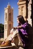 Κορίτσι Brunette σε ένα μεσαιωνικό κοστούμι σε ένα Agia Napa μεσαιωνικό Monaste Στοκ Φωτογραφίες