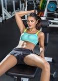 Κορίτσι Brunette στη γυμναστική Στοκ Εικόνα