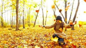 Κορίτσι Brunette στο πάρκο φθινοπώρου απόθεμα βίντεο