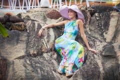 Κορίτσι Brunette στο φόρεμα λουλουδιών και το ρόδινο καπέλο Στοκ φωτογραφίες με δικαίωμα ελεύθερης χρήσης