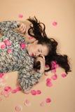 Κορίτσι brunette Atractive που βρίσκεται στο μπεζ υπόβαθρο Στοκ φωτογραφίες με δικαίωμα ελεύθερης χρήσης