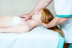 κορίτσι chiropractor Στοκ εικόνα με δικαίωμα ελεύθερης χρήσης