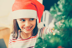 Κορίτσι Cutte που διακοσμεί το χριστουγεννιάτικο δέντρο Στοκ φωτογραφία με δικαίωμα ελεύθερης χρήσης