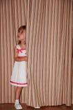 Κορίτσι Dela πίσω από την κουρτίνα στοκ φωτογραφίες