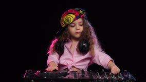 Κορίτσι DJ στο φωτεινό παιχνίδι ΚΑΠ στο βινύλιο κίνηση αργή απόθεμα βίντεο